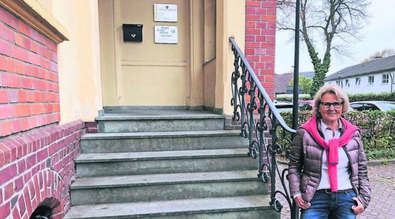 """""""Ein Behinderter, der im Rollstuhl sitzt, kann hier ohne Hilfe nicht hinein"""", sagt Angela Stein-Ulrich. Doch bei denkmalgeschützten Häusern wie dem Alten Rathaus ist ein barrierefreier Zugang schwierig. Foto: Sascha Rixkens"""